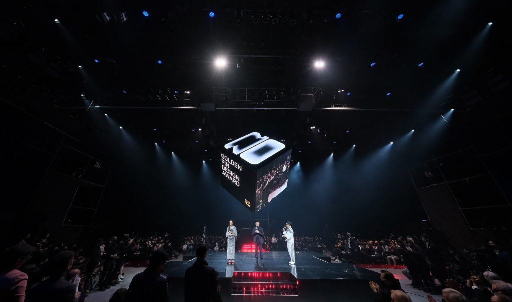 Featuring a concert-style thrust stage and a cubic projection screens on all six sides.